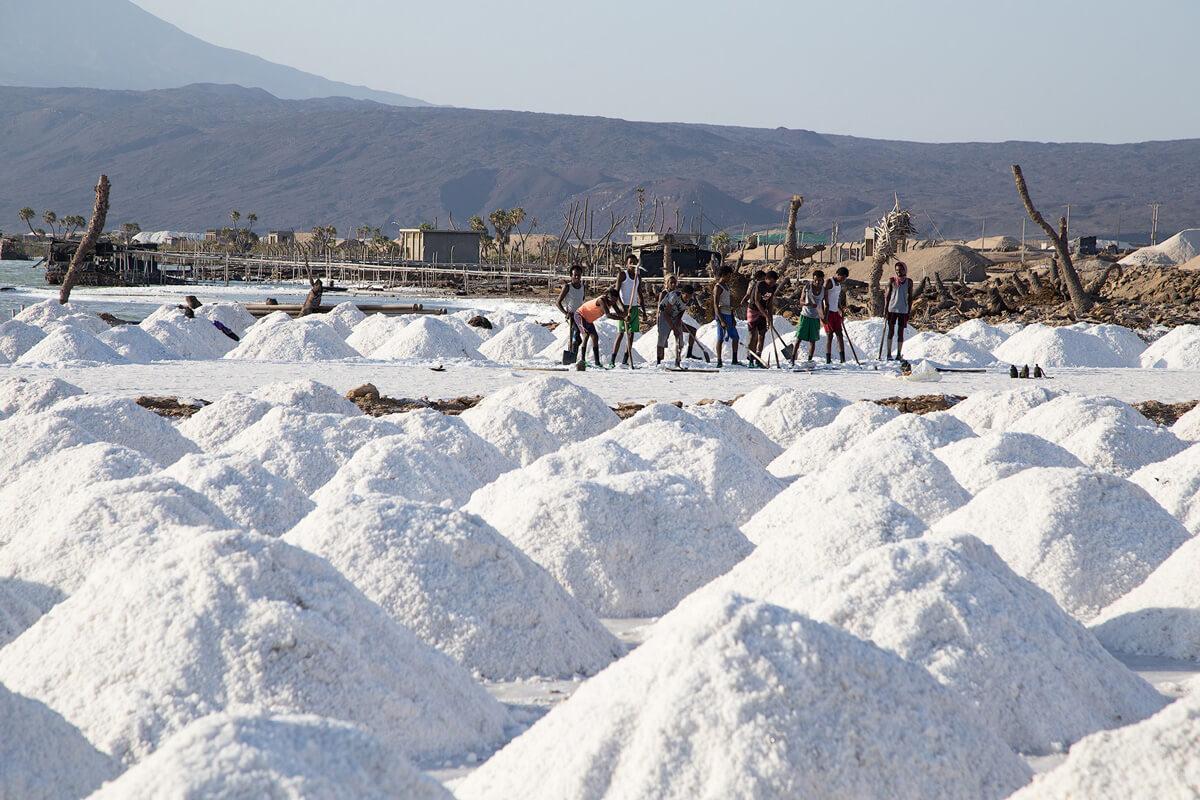 Salt-mine-afdera-lake-workers-danakil-depresion-ethiopia-adventuresinethiopia