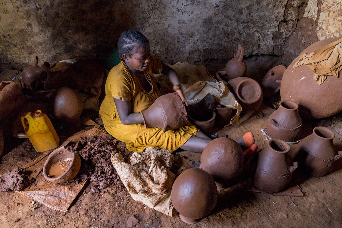pot-making-woomen-clay-water-craftsman-ethiopia-adventuresinethiopia