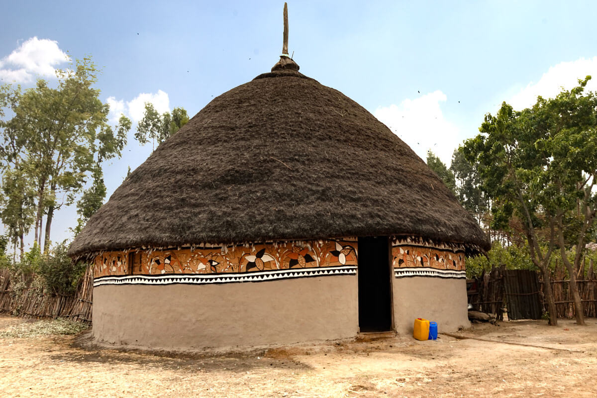 soucth-omo-valley-painted-houses-eucaliptus-clay-straw-ethiopia-adventuresinethiopia-