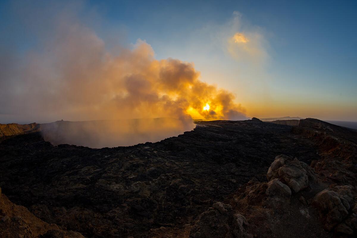 erta-ale-volcano-mount-smoke-treking-camping-ethiopia-adventuresinethiopia