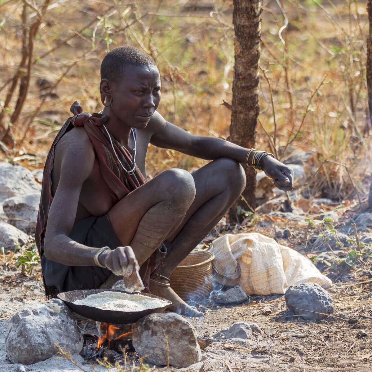 Ethiopia_Mursi_tribe_women_makingdinner_traveling_village_family_tour_visiting_Jinka_Omovalley_adventuresinethiopia